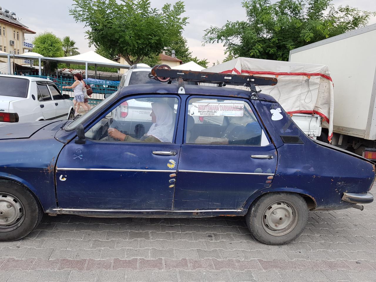 ...és ezzel közlekednek 1. Nem, nem Dacia, Renault 12-vel viszi az asszony a portékát a hetente, keddenként megrendezendő óriási utcai bazárba Fethiyében. A Tofaşok mellett ezek a másik matuzsálemi korban lévő túlélők, itt-ott felbukkan néhány Lada Samara is