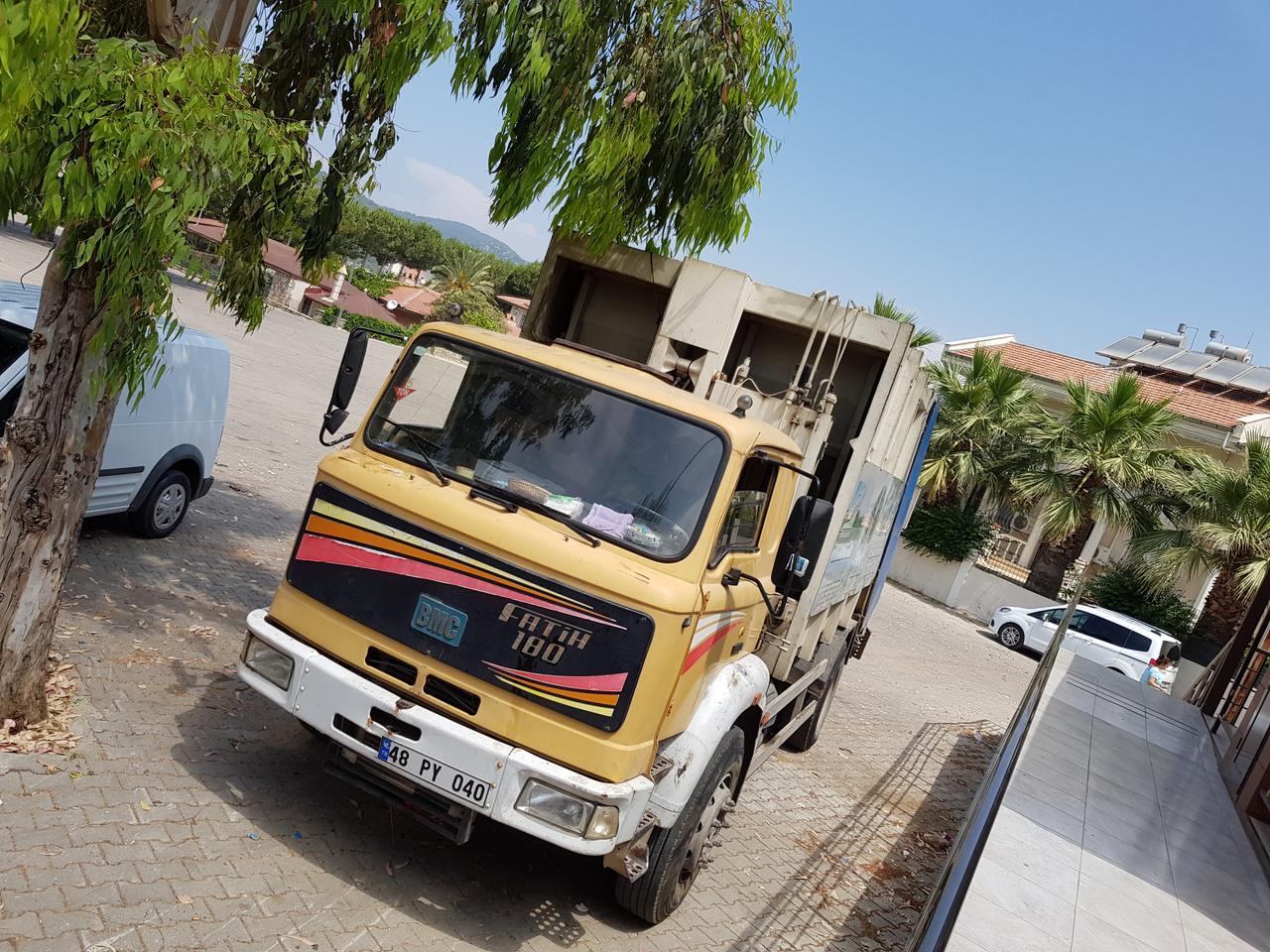 BMC Fatih 180 kukásautó Ölüdeniz utcáin. A török nehézipar egyik zászlóshajója, a BMC teherautók, buszok, katonai járművek gyártására szakosodott vállalat. Az izmiri gyár a '60-as évek óta folyamatosan látja el a hazai és nemzetközi piacot, például az Egyesült Királyságot, amelyhez a Leyland révén amúgy is kötődött a múltban a cég