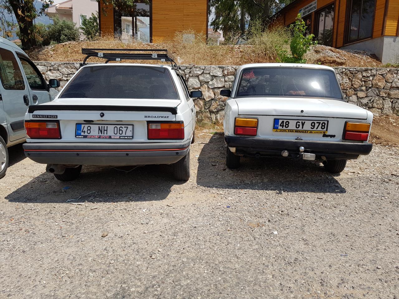 Renault 11 és Tofaş Serçe, a nyolcvanas évek végének lenyomatai és sorstársak természetesen fehér színben. Az ember sokszor legyalogolhat egy fél utcahosszt, mire színes autót lát, elképesztően népszerű a fehér, ami ilyen folyamatos hőségben teljesen érthető