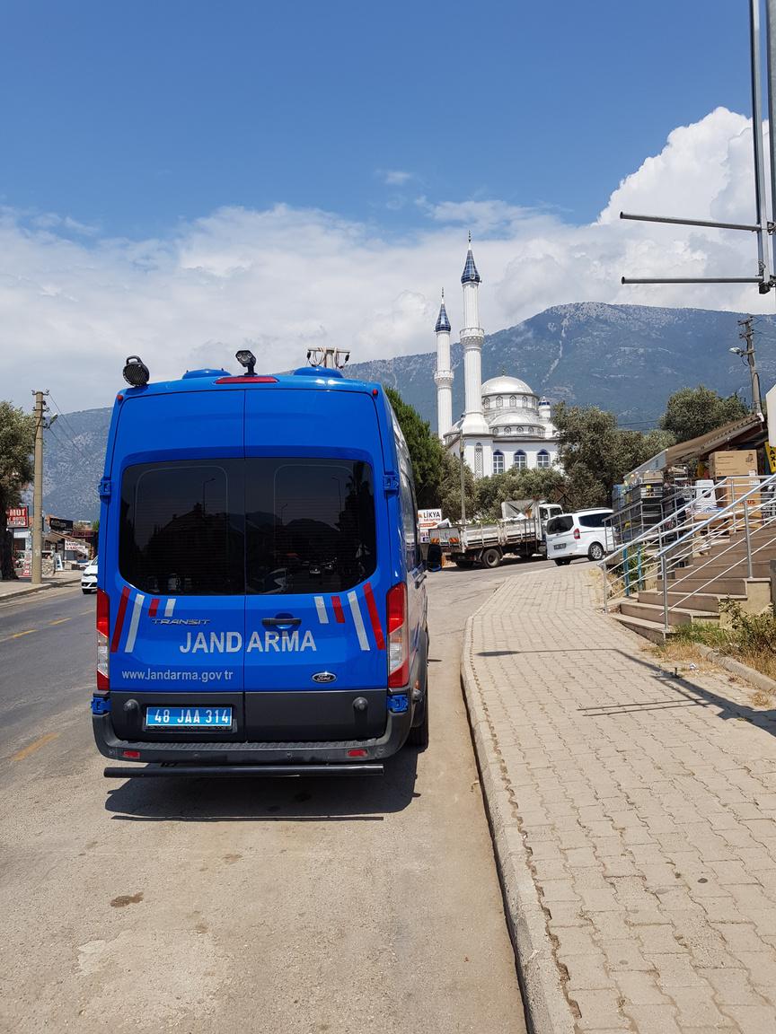 Közúti ellenőrzés. Törökországban egyaránt találkozhatunk a Polis illetve a Jandarma erőivel is, ez utóbbit a török hadsereg képezi ki. Rendfenntartó fegyveres testület, akár az olasz carabinierik. Jellemzően ezek az autók végzik a sebességmérést is, ezen a Ford Transiton éppen le van csukva a tetőből kihajtható traffipax egység. Az elmúlt években sokat szigorítottak az ellenőrzések mennyiségén, bár a laza közúti erkölcsök azért még megmaradtak