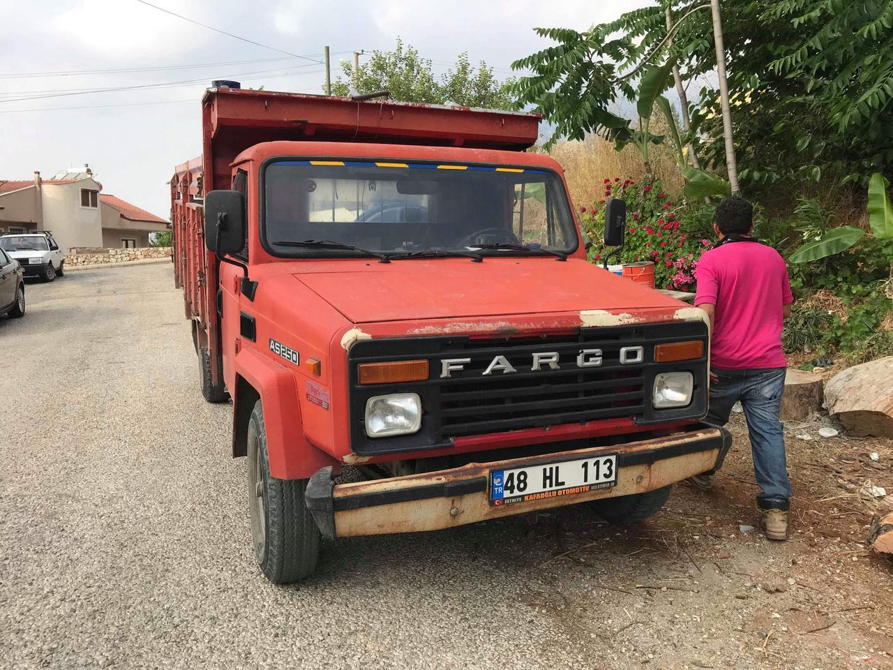 ...és ezzel közlekednek 4. Askam Chrysler Fargo AS 250 teherautó. Ha valaki még tudja követni, ez egy Chrysler, ami valójában Fargo, de a török Askam gyártotta, mielőtt 2015-ben a gyár végleg bezárt