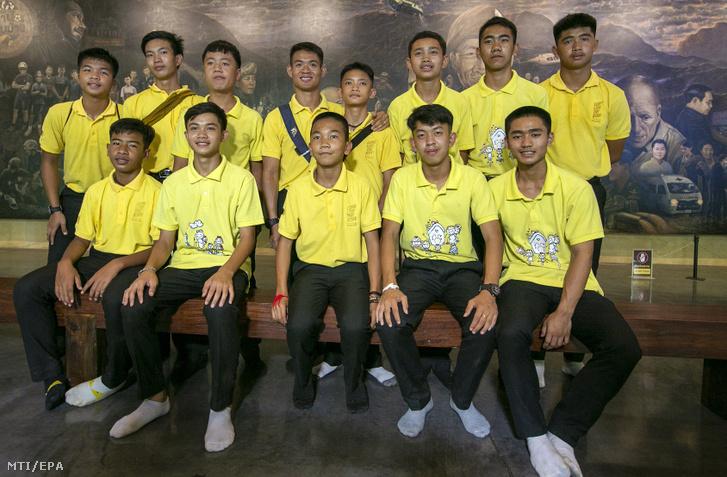 Az egy éve a thaiföldi Tham Luang-barlangban rekedt ifjúsági labdarúgócsapat, a Thai Wild Boars tagjai a baleset első éfvordulója alkalmából rendezett sajtótájékoztatón Mae Saiban 2019. június 24-én.
