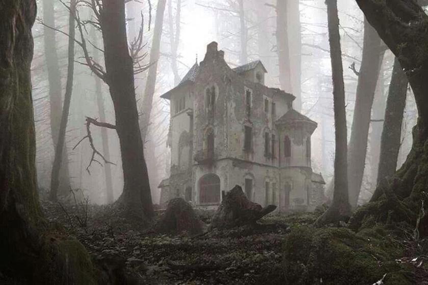 Mintha egy horrorfilm díszlete volna: egy orosz túrázó egy elhagyatott, régi villára bukkant az erdő mélyén. Lefotózta, de az ösztönei azt diktálták, ne menjen közelebb.