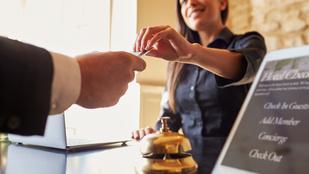 Kulisszatitkok: mi rejtőzik a szállodai dolgozók ragyogó mosolya mögött?