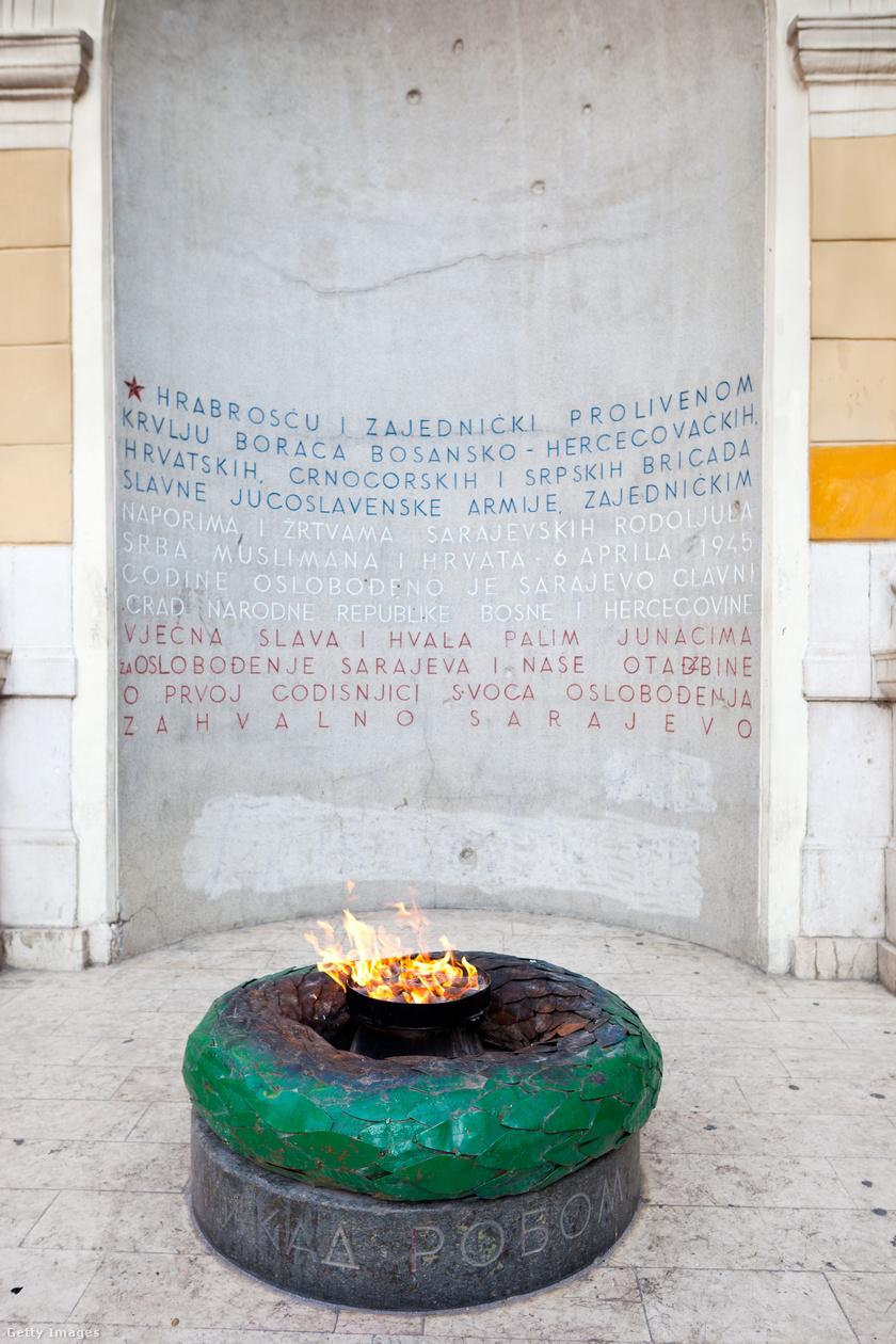 Háborús emlékmű Szarajevóban.