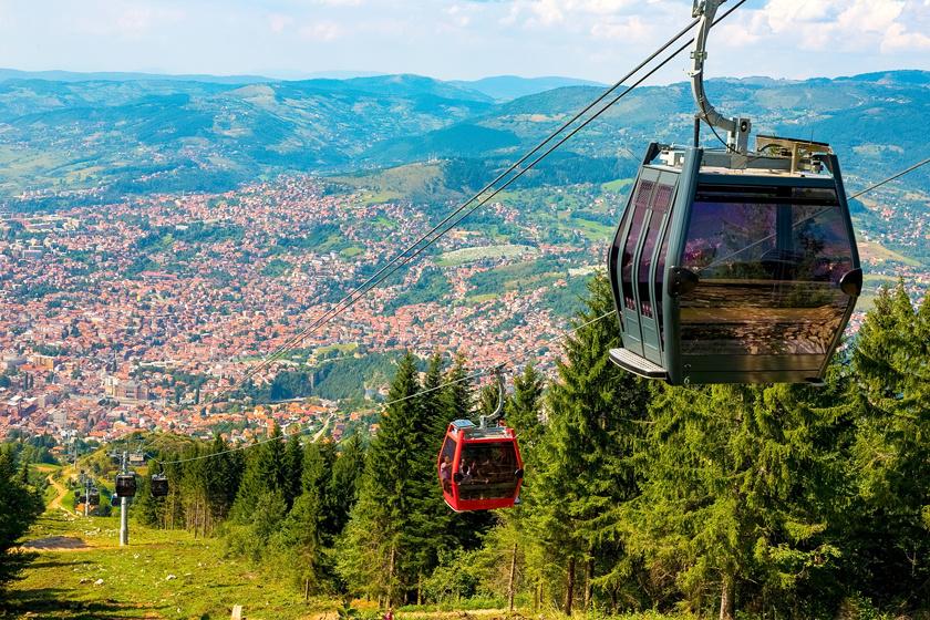 A lanovkából csodás panoráma nyílik a városra és a környező hegyekre.
