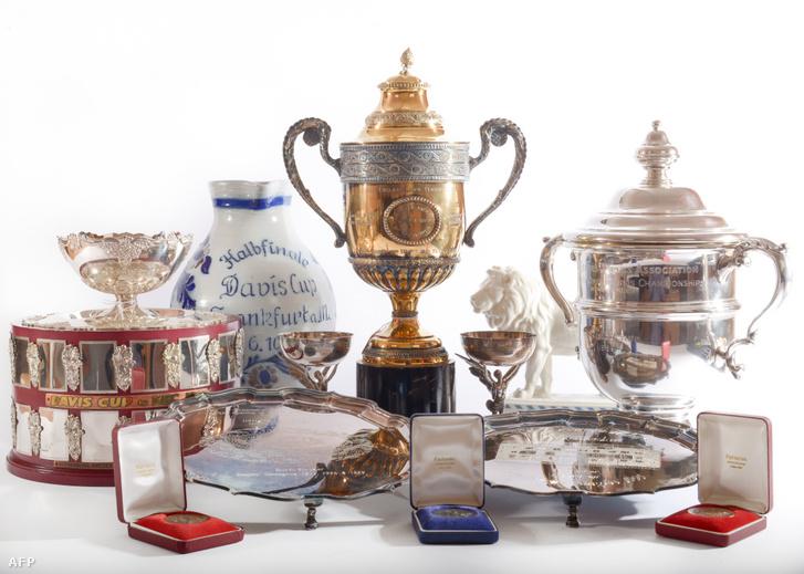 Boris Becker árverezésre vitt díjainak replikái a Wyles Hardynál