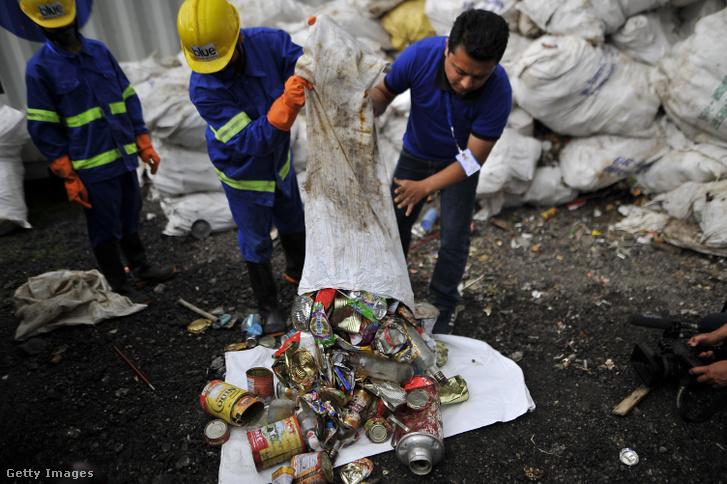 A személyzet és a Blue Waste 2 Value nevű hulladék újrahasznosító cég dolgozói szemléltetik a Mount Everestről és a katmandui alaptáborból gyűjtött szemetet média felé Nepálban.
