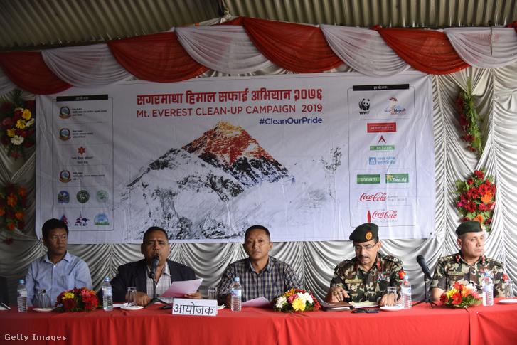 A Mount Everest és Nepál alaptáborából származó hulladékszemétről szóló tájékoztató 2019 június 5-én.