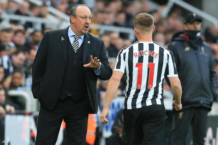 Rafa Benítez a Newcastle United középpályásának, Matt Ritchie-nak ad tanácsot