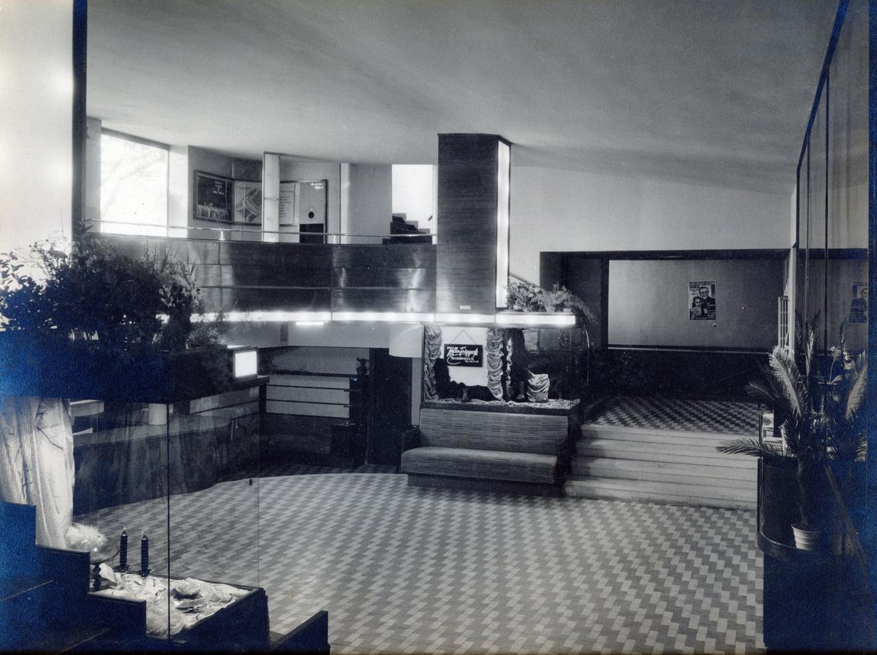 Nem csak az első modern stílusú bérház volt  ez Budapesten, de az első olyan, ahol előre betervezték a mozit az épületbe. Korábban azokat vagy átalakított színházakban, udvarokon, földszinti helyiségekben helyezték el, esetleg külön épületet emletek nekik, mint a Corvinnál.