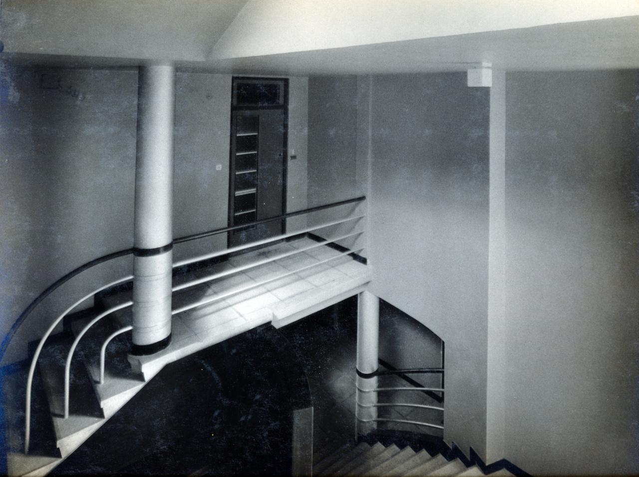 Az izgalmas formák megelőlegezik azokat a gyönyörű lépcsőházakat, amelyek majd Újlipótvárosban, vagy épp a Margit körúton épülnek.