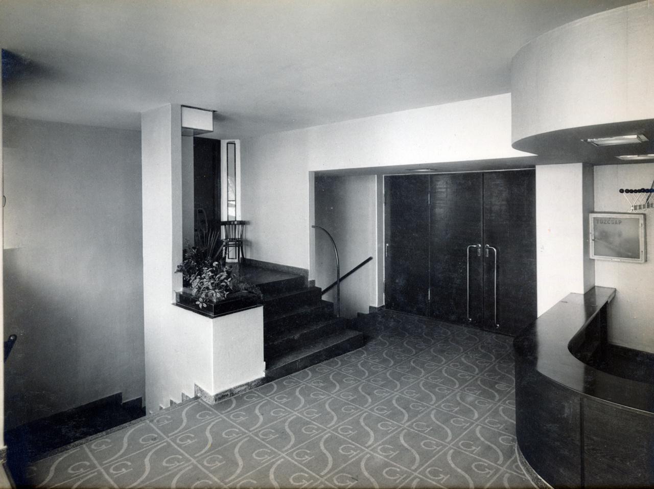 A belső tér azonban nem csak látványos, de praktikus is volt: ez volt az első filmszínház, ahol máshol mentek be és jöttek ki a nézők.