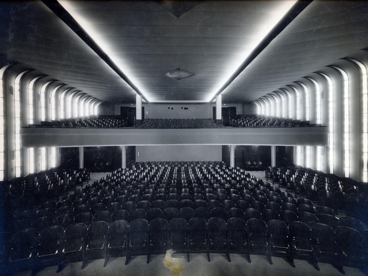 Korábban a régi színházaknál megszokott oldalerkélyekkel, zsölyével, hátul néhány széksor mélységű karzattal épültek a mozik. Itt azonban szinte egy második nézőtérszintet hoztak létre.