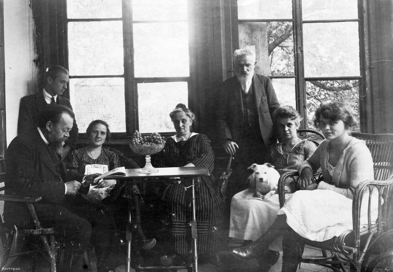 """A Cholnoky és a Fink család tagjai a révfülöpi Hegyi villa verandáján. A kép jobb szélén látható Lepapa egyetlen lánya, Ilona. A becenevekhez szinte mániákusan ragaszkodó családban csak Babszinak hívott lány különleges jelenség volt, ami tökéletesen kiderül abból a családi anekdotából, amit nagymamám jegyzett le róla a kézzel írt családtörténetben. Babszi, aki 1903-ban született, francia-német szakra akart menni az egyetemre, de oda nem vették fel, a matematika-fizika szakra viszont igen. Így oda iratkozott be, és a fő tárgyai mellé vette fel az általa választott nyelveket. A matematika órák látogatását a világhírű Fejér Lipót professzorral kellett igazoltatni, aki köztudottan kedvelte a fiatal lányokat. Amikor Babszi besompolygott hozzá az indexével, Fejér rászólt """"Na te baba, mit kívánsz?"""". Mire Babszi ráfelelte """"Kedves Lipikém, ha már ilyen jól összetegeződtünk, írd alá az indexben az óráidat!"""". Fejér persze úgy vágta ki, hogy a lába nem érte a földet, így végül az egyetemi szolga lefizetésével kellett az indexét az aláírásra váró többi közé csempésztetni.                         Babszinak két férje is volt, gyereke viszont egy sem, talán ezért is szerette különösen a nagymamámat, akit gyakran úgy kezelt, mintha a saját lánya lenne. Aztán jött az ostrom. Babszi és férjére, Takács László a Mechwart térnél álló """"Regent ház"""" oldalához simuló épületben lakott. A két épület helyén ma egy nagy ház áll a körút és a Mechwart tér között. A németek Regent ház nevét adó földszinti kávéházban kisebb lőszerraktárat létesítettek, ami bombatalálatot kapott, a robbanástól mindkét ház összedőlt, maga alá temetve az óvóhelyre húzódó lakókat, köztük Babszit és férjét is."""