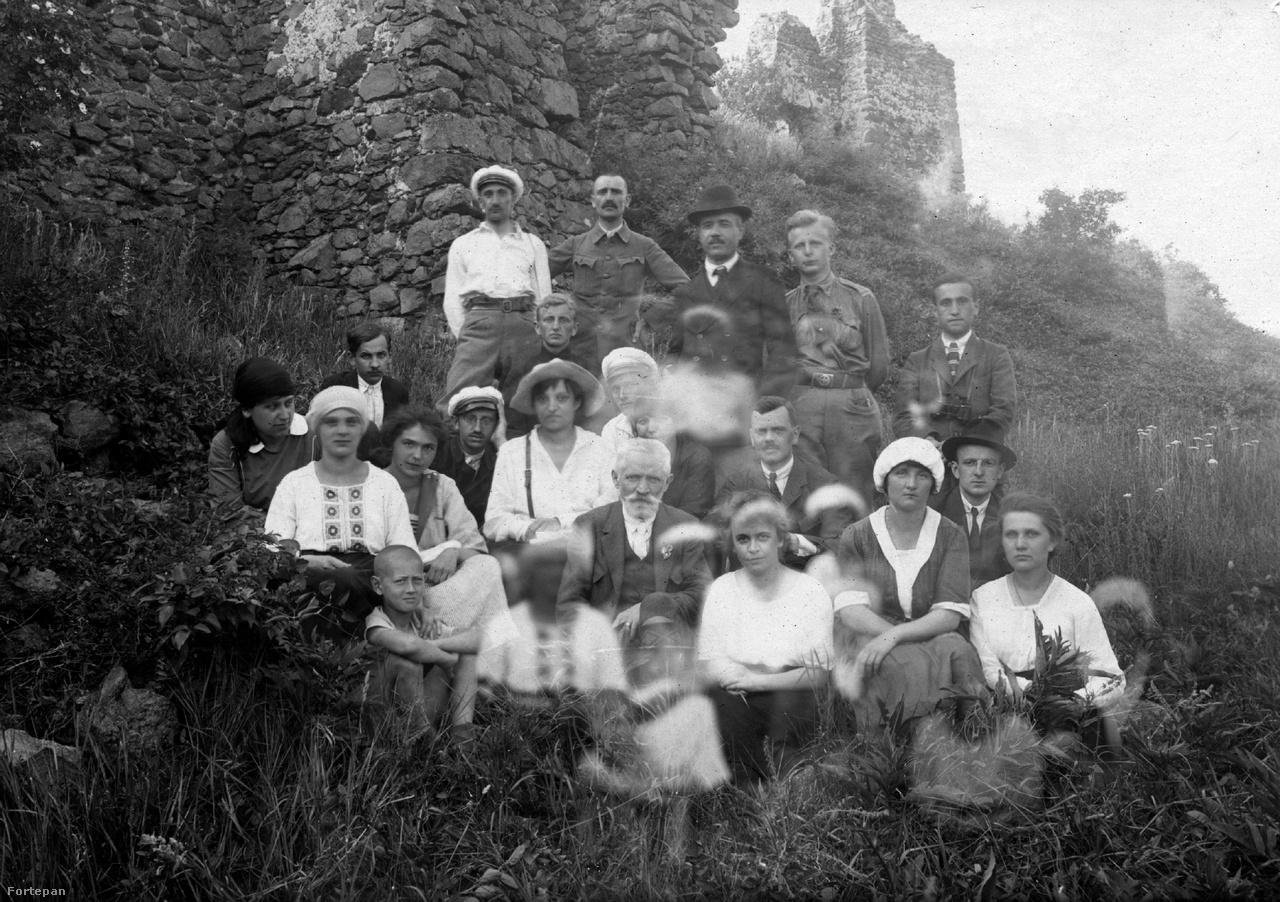 1922. Magyarország, Csobánc vár, a Pázmány Péter Tudományegyetem Földrajzi Intézetének kirándulása, középen Cholnoky Jenő földrajztudós.