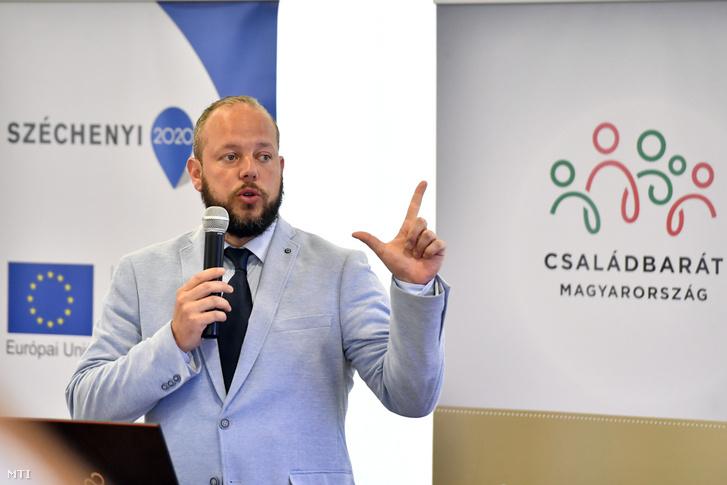 Grundtner Marcell, a Családbarát Ország (CSBO) Nonprofit Közhasznú Kft. ügyvezetője beszél a CSBO projektjeiről a közhasznú kft. budapesti székhelyén tartott sajtótájékoztatón 2019. június 19-én.