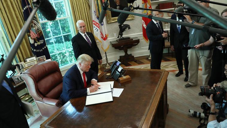 Trump pénzügyi szankciókat rendelt el Irán vezetői ellen