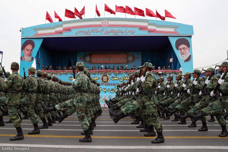 Haszan Róháni iráni elnök (k) az iráni fegyveres erők napjának alkalmából tartott díszszemlén Teheránban 2019. április 18-án. Róháni beszédében, amelyet az állami televízió is közvetített, az Egyesült Államokat és Izraelt okolta a térség jelenlegi problémáiért.