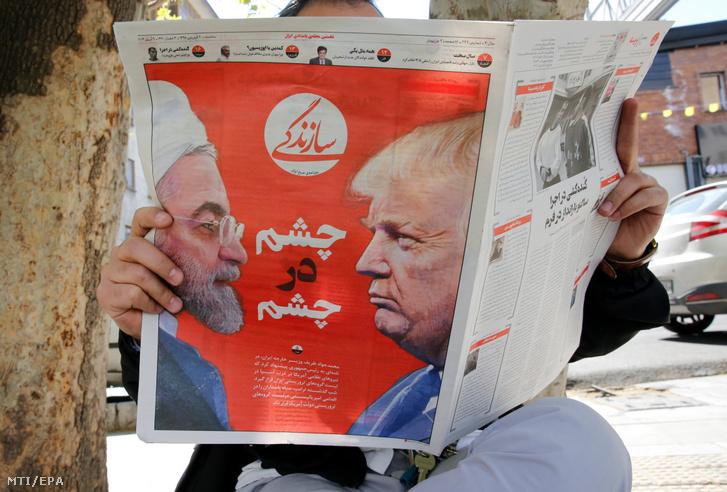 """""""Szemtől szemben"""" jelentésű perzsa felirat Haszan Róháni iráni államfő (b) és Donald Trump amerikai elnök arca között a Szazandegi iráni napilap címlapján Teheránban 2019. április 9-én, egy nappal azt követően, hogy az Egyesült Államok terrorista szervezetnek minősítette az iráni hadsereg Forradalmi Gárda nevű szervezeti egységét. Válaszul Irán Legfelső Nemzetbiztonsági Tanácsa ugyancsak terrorista szervezetnek nyilvánította az amerikai hadsereget. Ez az első eset, hogy egy állam fegyveres erőit vagy annak egy részét így minősítik Washingtonban."""