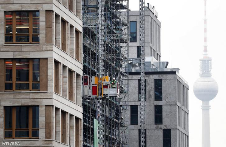 Kültéri felvonót használ egy építőipari munkás Berlinben 2017. november 2-án. A német Szövetségi Munkaügyi Hivatal a BA nyilvántartása szerint a munkanélküliek száma Németországban 2017 októberében 2.389.000 volt 151 ezerrel kevesebb mint az előző év azonos időszakában.