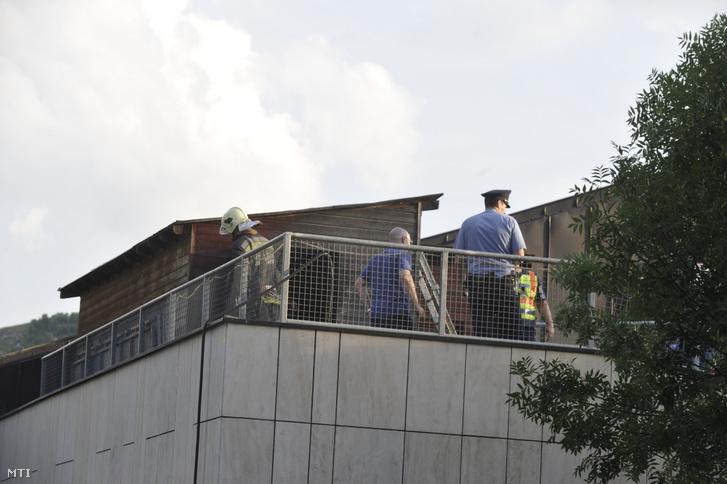 Helyszínelők dolgoznak 2019. június 24-én Budapesten a Csörsz utcában, a MOM Sport Uszoda és Sportközpont tetején, ahol egy használaton kívüli faházban tűz keletkezett. A tűzoltók egy nyolcéves gyereket eszméletlen állapotban hoztak ki az épületből, aki a mentők szakszerű ellátása ellenére a helyszínen életét vesztette.