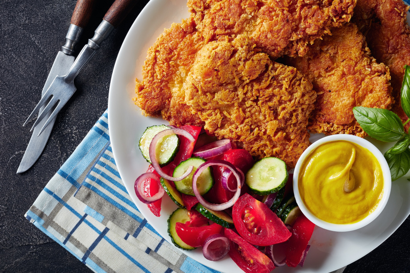Fokhagymás, joghurtos csirkemell ropogós bundában: tepsiben, olajban is megsütheted