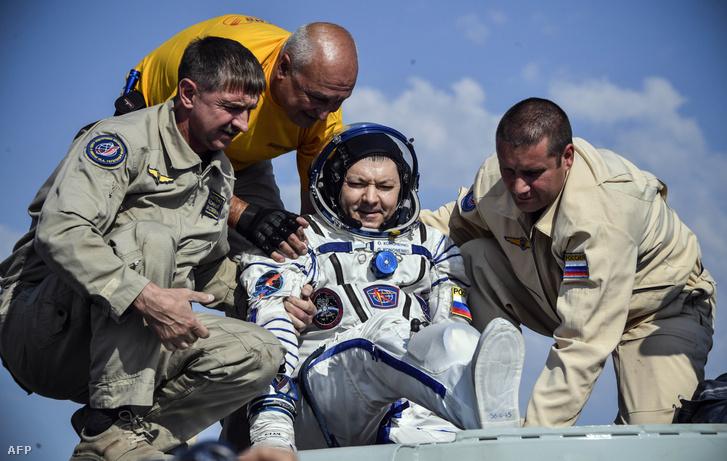 Oleg Kononenkót segítik ki a Szojuz MSZ-11 kapszulából, miután landoltak Zsezkazgan közelében 2019. június 25-én