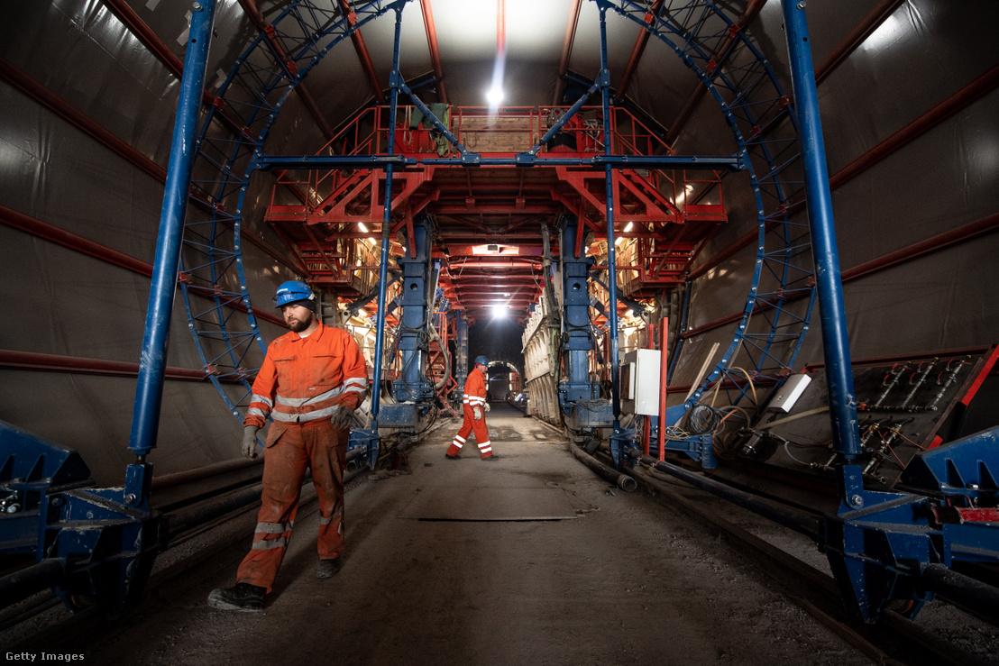 Munkások dolgoznak a Stuttgart és Ulm városokat összekötő vasútvonal alagútjában 2019. május 8-án, Németországban.