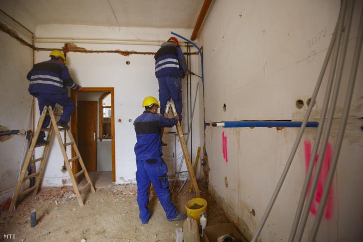 Munkások dolgoznak az Erdődy-Hüvös kastélyban Zalaegerszegen 2019. március 27-én.