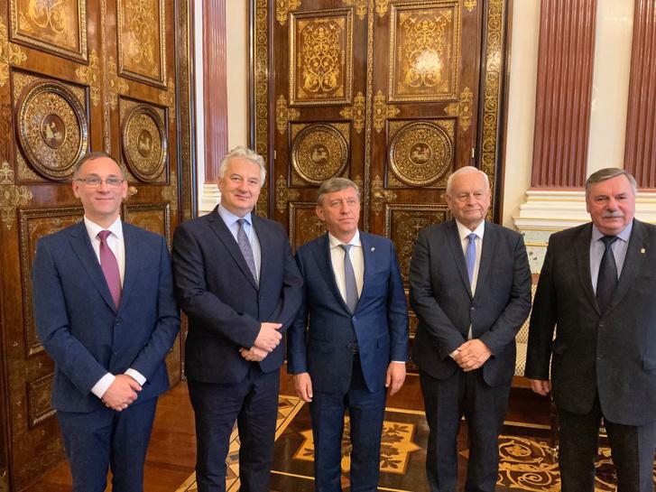 A hivatalos találkozóról készült képen Semjén Zsolt és Harrach Péter szentpétervári találkozása Szergej Szolovjov első alelnökkel és Alekszandr Kusakkal, az Egységes Oroszország párt frakcióvezető-helyettesével.