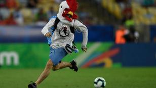 A chilei hátvéd felrúgta a berohanó csirkeembert