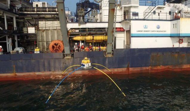 A kutatóhajóról éppen a vízbe bocsátják az elektromágneses tengerfenékszkenner