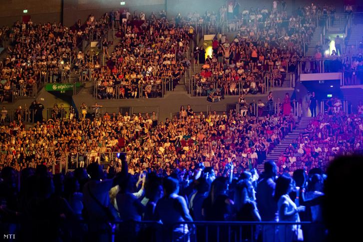 Közönség az amerikai Backstreet Boys együttes koncertjén
