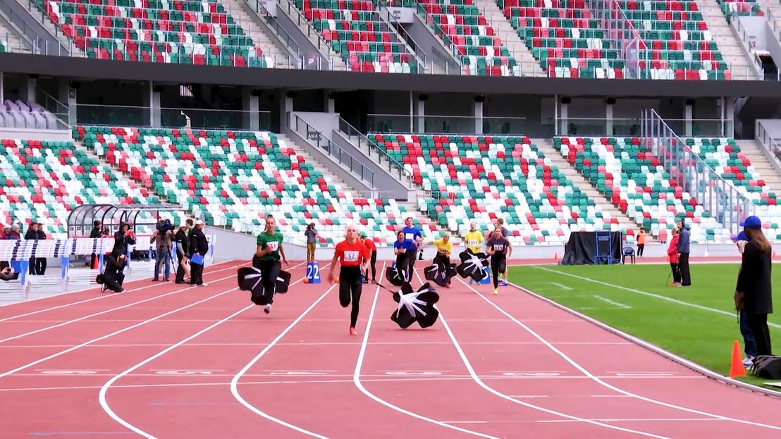 Fékezőernyős futás a női váltó első száma