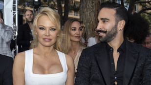 Pamela Andersont átverte és megcsalta sztárfocista pasija, szakítottak