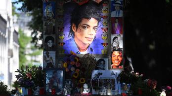 10 éve halt meg Michael Jackson, rajongók százai siratták