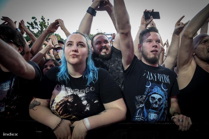 Lelkes rajongók a budapesti koncerten