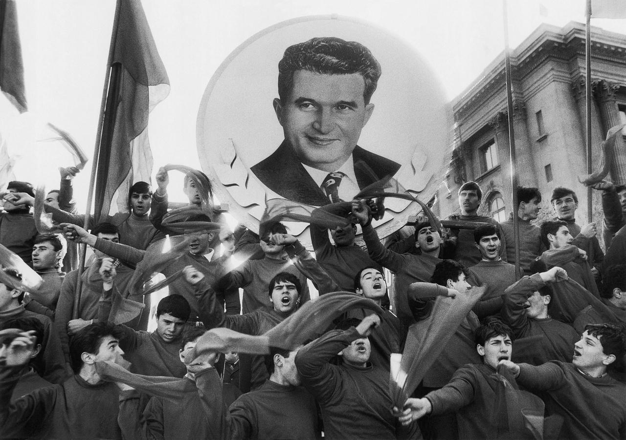 A Román Kommunista Párt (RKP) utolsó kongresszusán kirendelt ünneplők éltetik az újjáválasztott Nicolae Ceausescut. Pár hét múlva elkezdődött a forradalom.