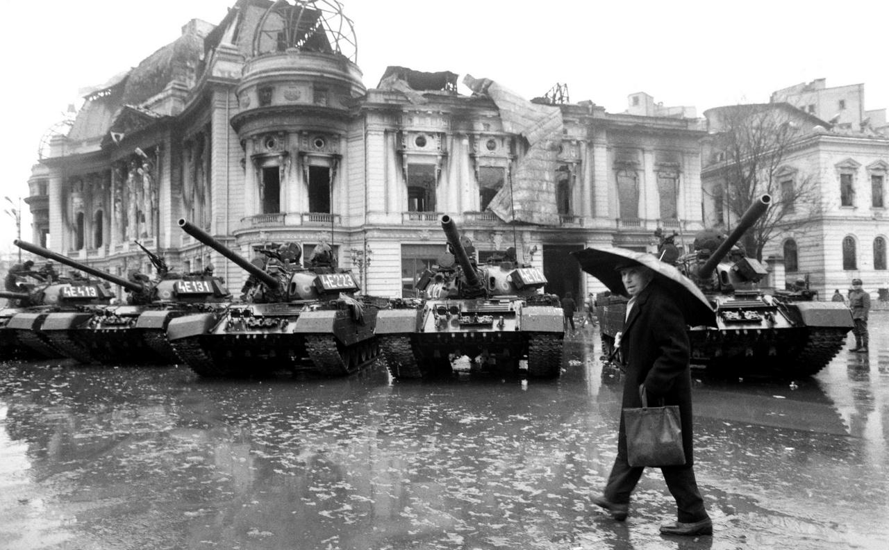 Tankok Bukarest belvárosában, egy szétlőtt könyvtár előtt.