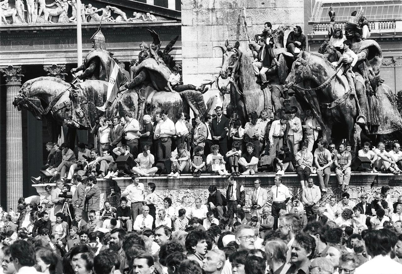 Nagy Imrének és mártírtársainak újratemetése a Hősök terén 1989. június 16-án.