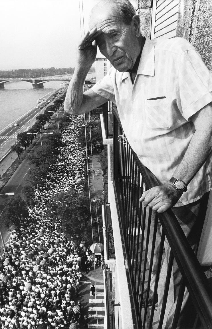 1989. július 14-én, Kádár János temetésének napján ezrek álltak sorban hogy leróhassák kegyeletüket az MSZMP első titkárának ravatalánál.