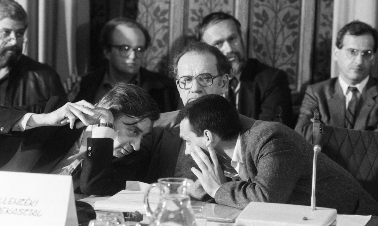Nemzeti Kerekasztal tárgyalások 1989 őszén. Elől Antall József, Szabad György, Orbán Viktor látható, mögöttük Horváth Balázs, Timkó Iván, Salamon László és Sólyom László foglalt helyet.