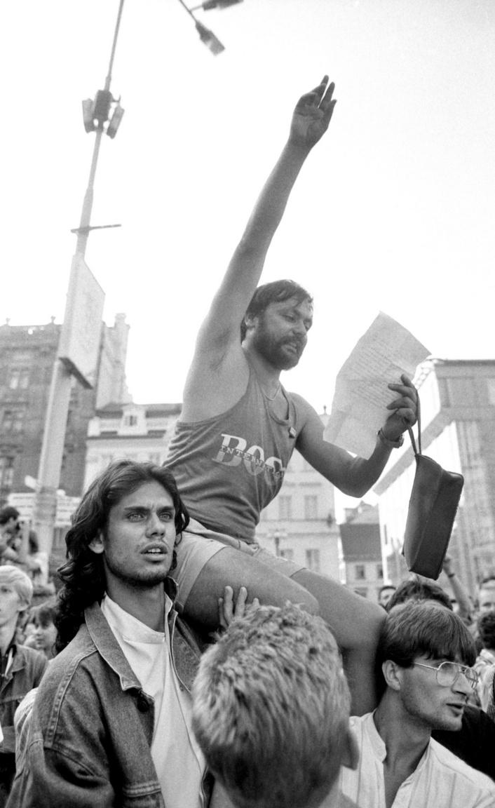1989. augusztus 21-én, a prágai bevonulás 21. évfordulóján szervezett hatalmas demonstráción a prágai Vencel téren Kerényi György a Magyar Munkásszolidaritás Szabad Szakszervezet tagja Deutsch Tamásnak a Fidesz-tagjának a vállán ülve olvassa fel a budapestiek üzenetét.