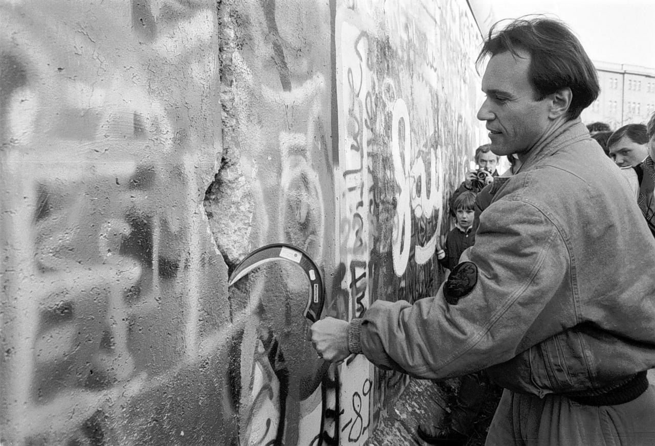 1989. novemberében az NDK megnyitja államhatárait az NSZK irányában, az emberek puszta kézzel és különböző eszközökkel estek neki a Nyugat- és Kelet-Berlint elválasztó falnak.
