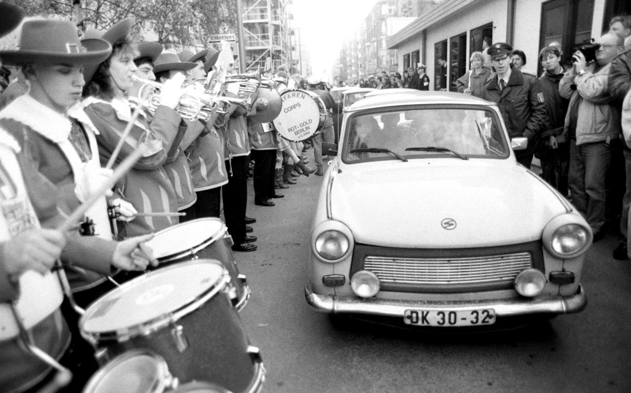 Az első autók amelyek szabadon ellenőrzés nélkül gördülhettek át Kelet-Berlinből Nyugat-Berlinbe.