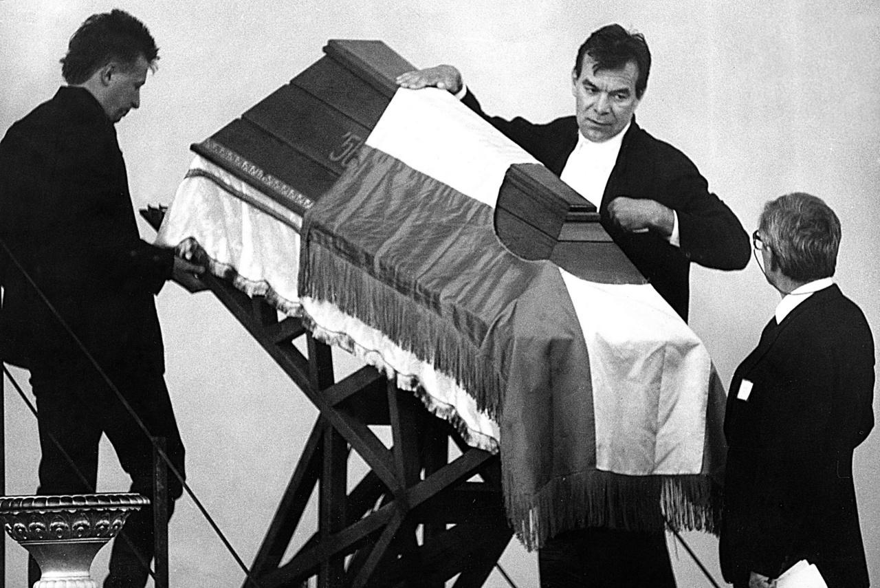 A monumentális ünnepi díszlet Rajk László és Bachman Gábor munkája volt.