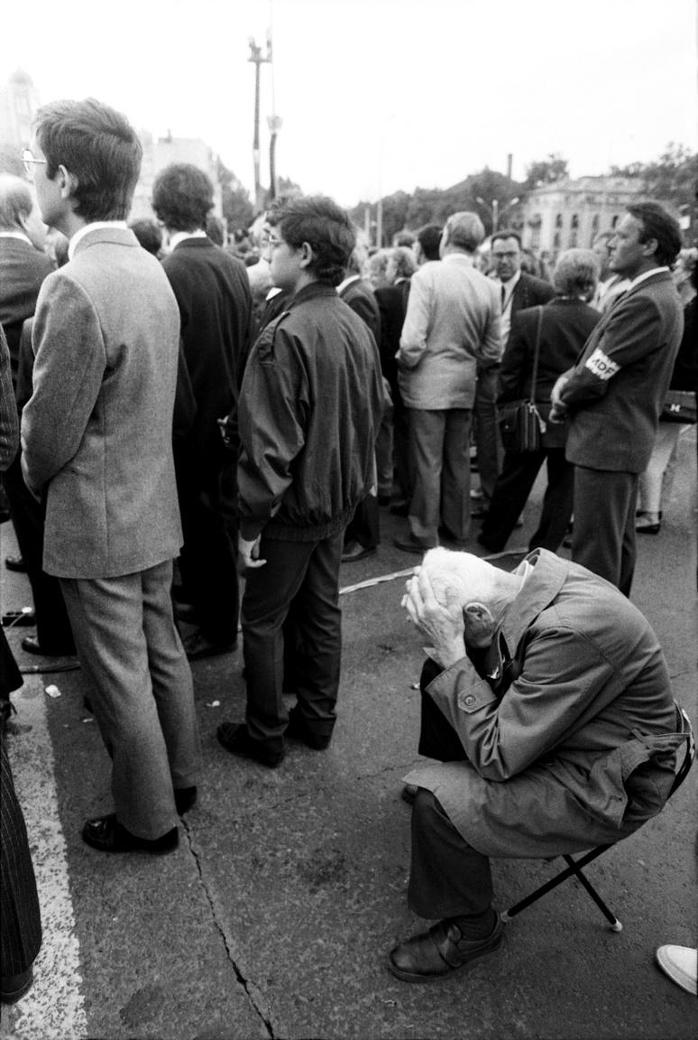 12 óra 30 perckor pedig egy percre megállt az élet és országszerte megszólaltak a harangok. A járókelők egyperces néma megállással, a gépjárművezetők megállással és dudálással tisztelegtek Nagy Imre és mártírtársainak emléke előtt - írja a Wikipédia.