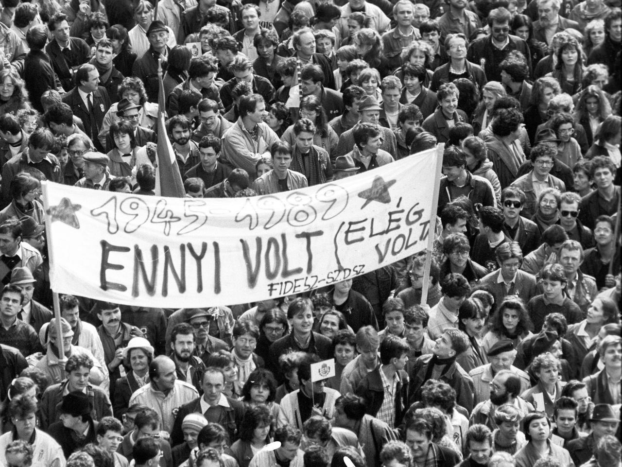 Tömeges megemlékezés a Petőfi-szobornál Budapesten 1989. március 15-én.