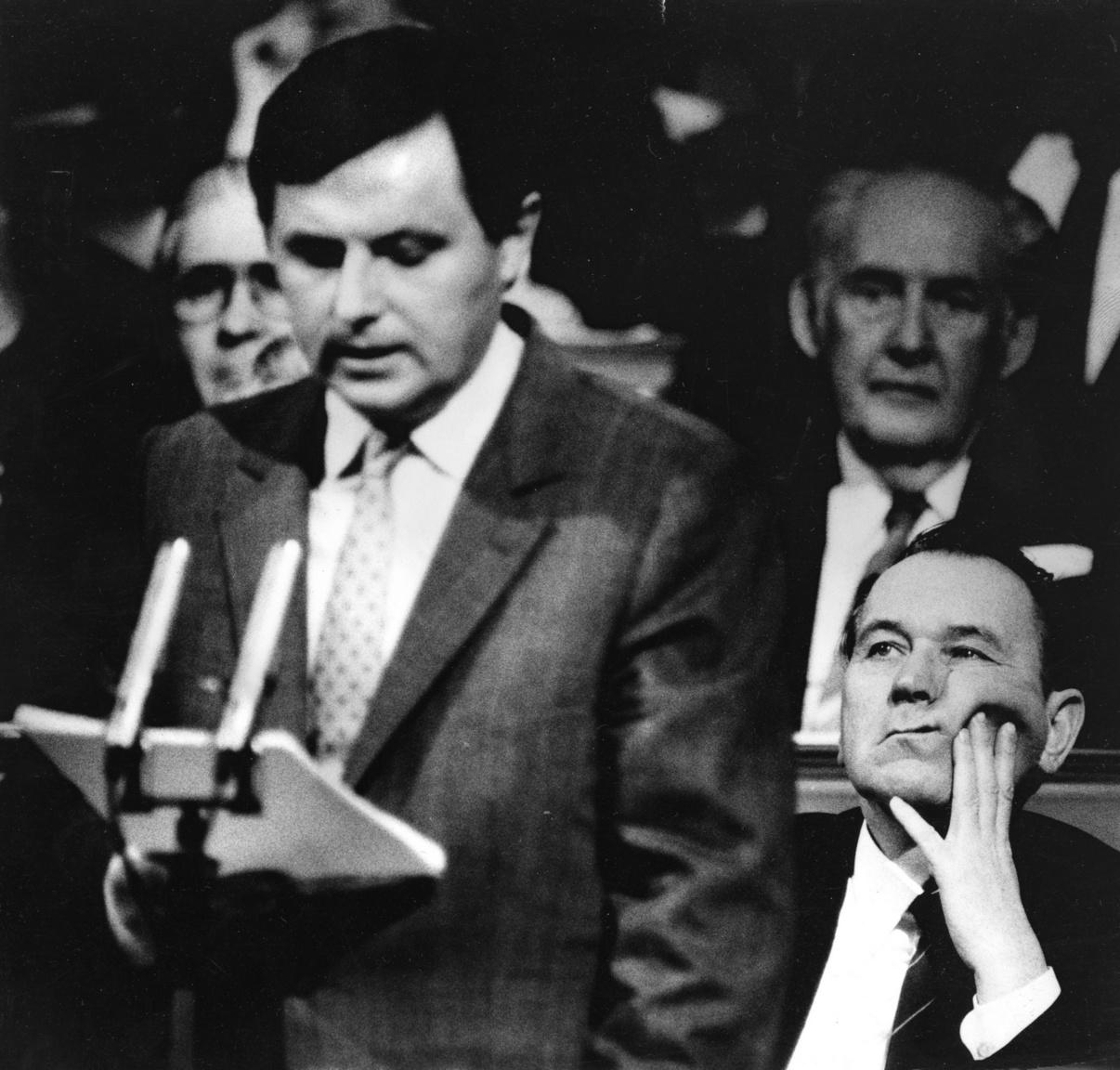 Németh Miklós miniszterelnök a Parlamentben. Jobbra tőle elődje Grósz Károly. Az év: 1989